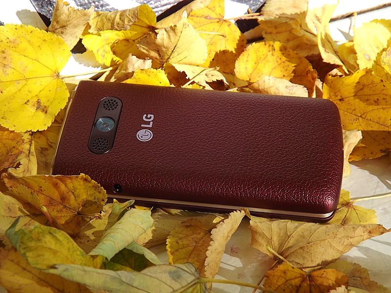 LG H410 Wine Smart s hlavným fotoaparátom a stereo reproduktormi. V zatvorenom stave nevie nahrávať video ani fotiť, ale prehrávať hudbu áno.