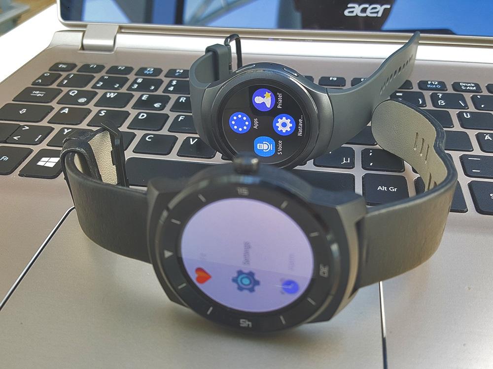 Menu s aplikáciami. Vpredu LG G Watch, vzadu Samsung Gear S2 Urban (Foto: Erik Stríž)