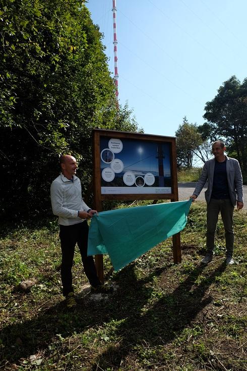 Informačný panel odhalený pri príležitosti projektu Dobrý signál pri vysielači Kremnica - Suchá Hora