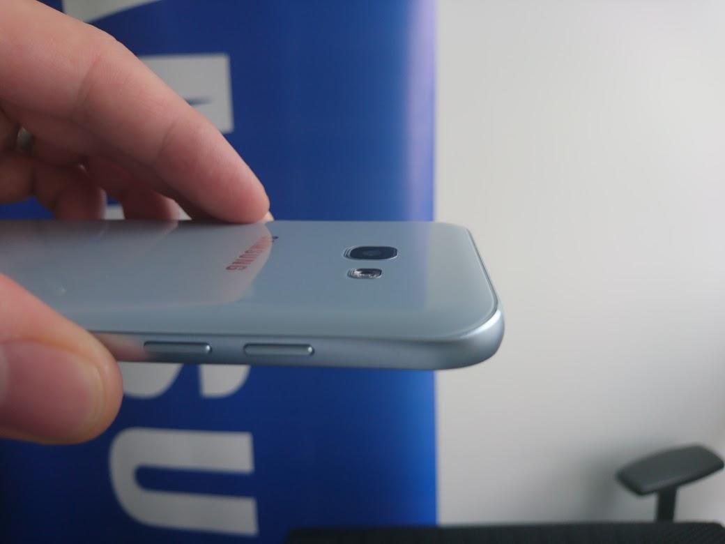 Optika zadného fotoaparátu už vôbec nevyčnieva. Samsung Galaxy A3 2017