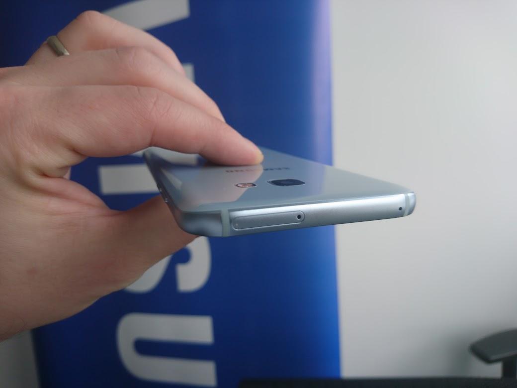 Samsung Galaxy A3 2017 má slot na SIM a microSD na hornej hrane, väčší A5 na boku.